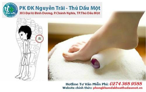 Giảm bớt đau nhức bả vai + giảm béo bằng cách lăn chân trên chày cán bột