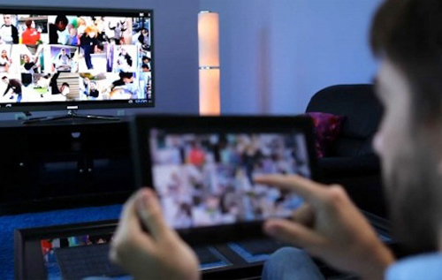 Tác hại khôn lường của việc vừa chát điện thoại vừa xem tivi